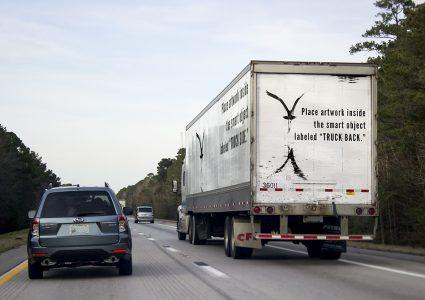 Мокап грузовика на дороге