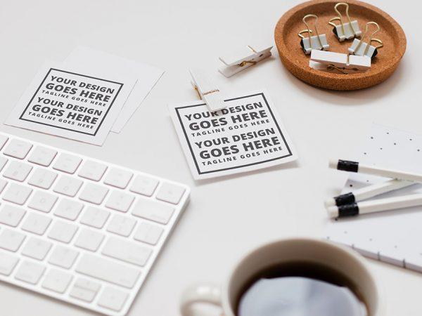 Мокап квадратных визиток на столе